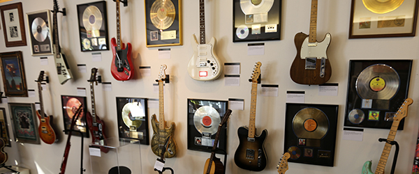 Music-Rock-and-Roll-Pop-Stage-Studio-Used-Prop-Auction-Calendar-Schedule-Events-Dealers-Live-Auction-Houses-Catalogs-Dates-FI